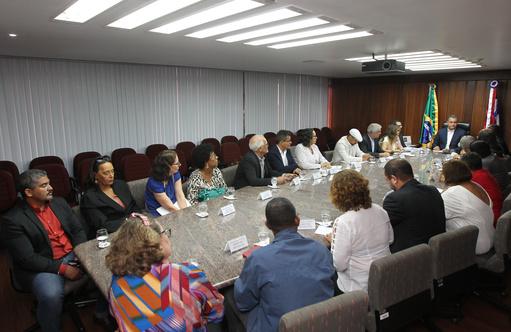 Governo firma acordo que reestrutura salários de 18 mil servidores | Bahia em tempo real