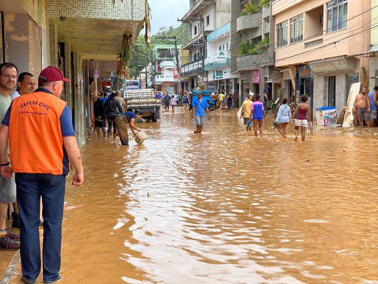Sobe para seis o número de mortos devido a chuvas no Espírito Santo