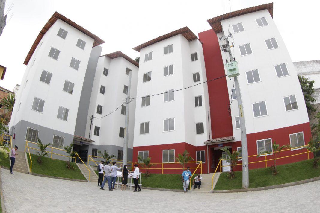 Estado passa as chaves de unidades habitacionais para 54 famílias no Costa Azul | Bahia em tempo real
