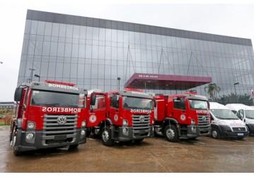 Corpo de Bombeiros recebe novos caminhões auto bomba tanque e mini bus